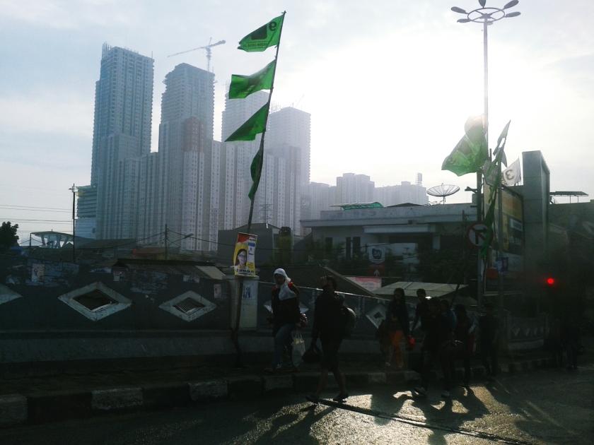 Pagi - pagi sudah semangat berjalan menuju pelabuhan Kaliadem, Muara Angke