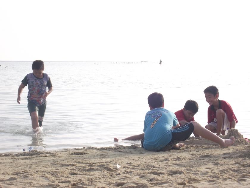 Padi - pagi sudah bermain pasir di Pantai Perawan :)