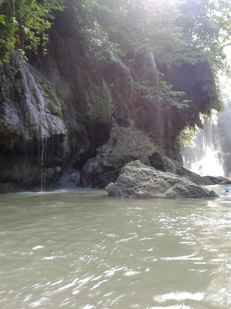 Air mengalir dari celah - celah batuan