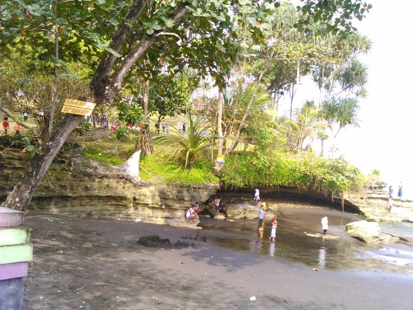 See, Dilarang berenang di Pantai ini karena berbahaya!