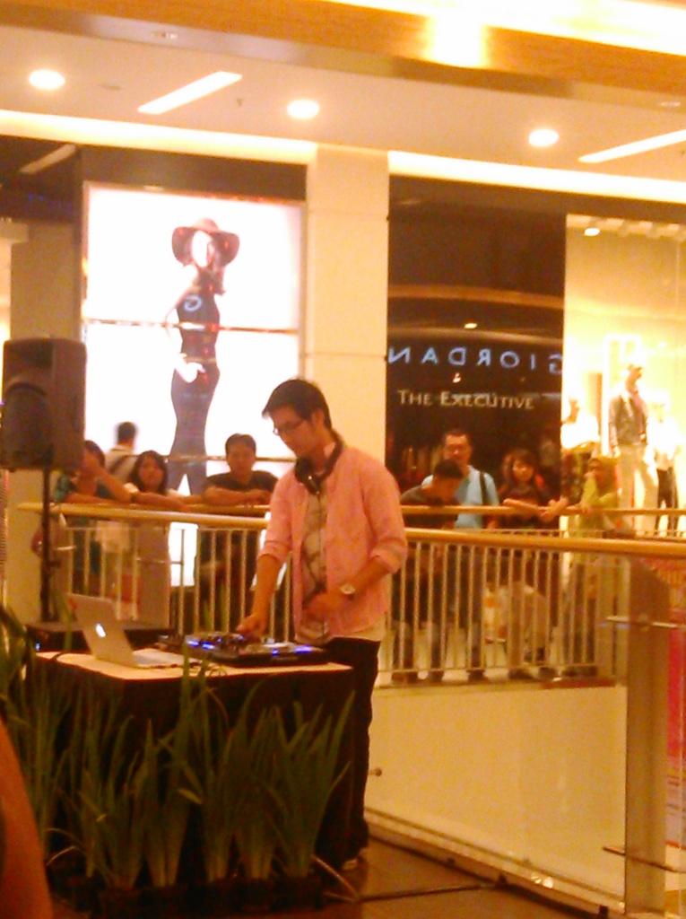 Live DJ Performance (dia sangat menikmati penampilannya)