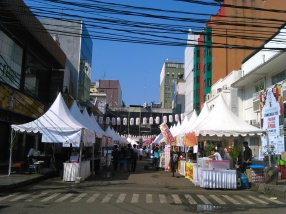 Salah satu sudut jalan tempat diselenggarakannya Pagelaran Budaya Ennichisai 2015 di pagi hari